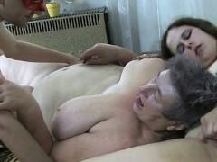Видео парень лапает девушку за попу и трахает ее