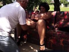 Ведущая в лимузине с большими сиськами playboy