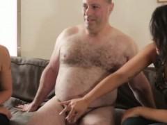 Видео мама разрышыла сыну потрогать за попку