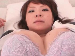Очаровательная блондинка позирует на камеру фото порно