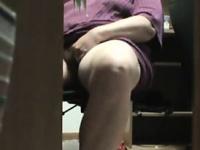 Девушку застукали мастурбацией