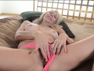 Трахают а она плачет порно