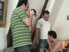 Сексуальная брнетка трахается с двумя парнями сразу и жёстко