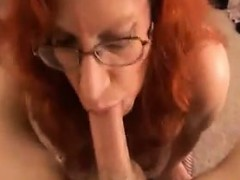 Грудастая мастурбирует в офисе