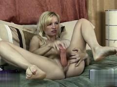 Госпожа заставляет девушку лизать ее грязные сапоги