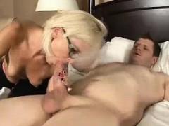 Порно девка дразнит парня