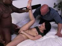 Сосет аналом порно