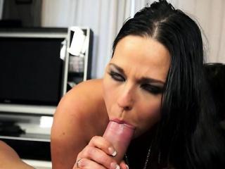 Лижет уздечку в порно