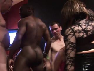 Жена заставила мужа сосать член любовников смотреть порно