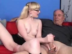 Порно видео отодвинув трусики на телефон