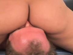 Зрелая красотка не отказывает смотреть порно