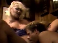Порно онлайн мужчины лапают девушку она сопротивляется