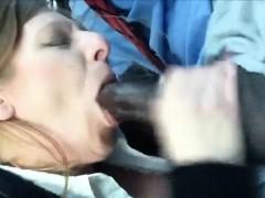 Ублажает подружку на улице