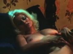 красивая блондинка сидит и дрочит киску в душе видео