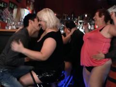 порно зрелых женщин с молодыми юношами