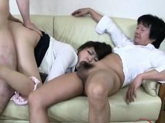 Мама трахает дочь страпоном в ванной