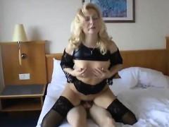 Молодая брюнетка с двумя парнями съемка порно