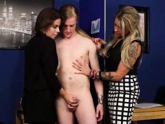 Секс где парень целует груди