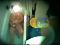 Скрытая камера как зрелая мастурбирует в ванной