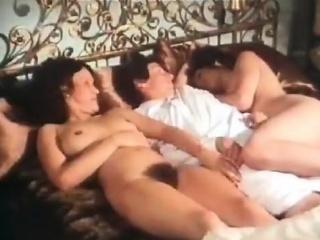 Две русские домины заставляют парня лизать смотреть порно