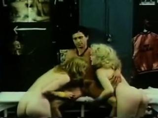 Порно ретро с кудрявым мужиком