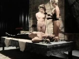 Тетка голая танцует смотреть онлайн порно
