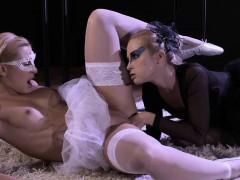 Бабе жарко раздевается порно ролики