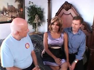 Жена глотает сперму друзей мужа порно
