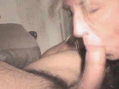 Накаченную девку ебут в рот