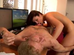 Женщина трахается с ослом смотреть