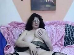 Жена делает миньет в ванной а тесть и теща в комнате