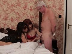 Порно первый секс с братом