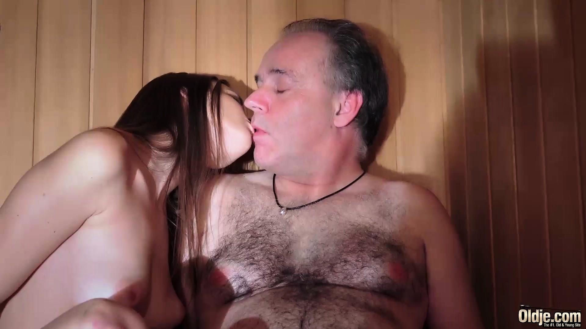 porno-v-saune-so-starikom