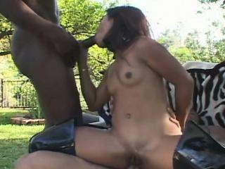 Девушка засунула парню в жопу