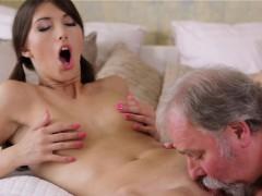 Порно на отдыхе жену ебут при муже