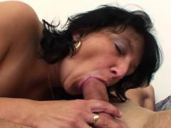 Видео бабу с мохнатой пиздой трахают в жопу