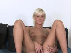Порно блондинка в юбочке