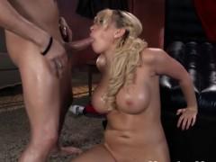 Молодая красотка занимается сексом
