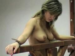 Порно лижет под столом