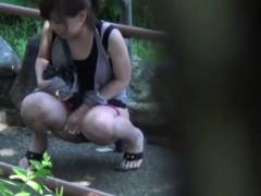видео как взрослые дамы показывают волосатую промежность