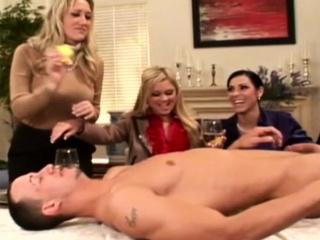 Пьяные бабы заставляют мужиков лизать смотреть порно