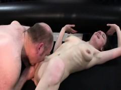 Секс машина доводит телок до сквирта