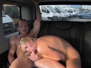 Русская девушка трахает парня страпон