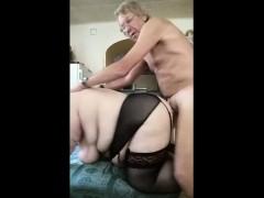 Красивый секс в шелковый кровати