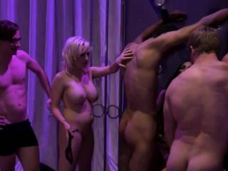 σέξι γυναίκες που έχουν τη διασκέδαση με hunky dudes στο μέγαρο playboy