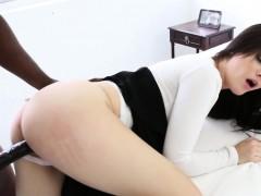 Молодая девочка разрабатывает попку