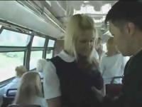 Блондинка помогает китайский человек на автобус