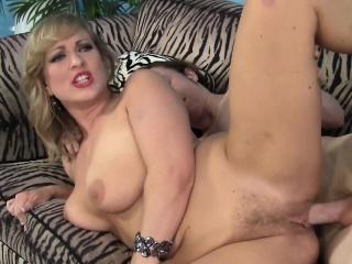nienasycona blond mama z dużymi cycki vicky vixen fucks młodych stud