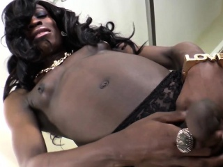 Bigcock ebony tranny pleasures herself