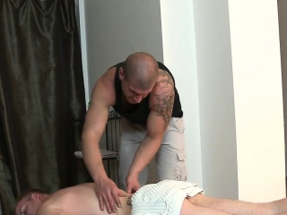 Male massage therapist is delighting a bulky homosexual bear